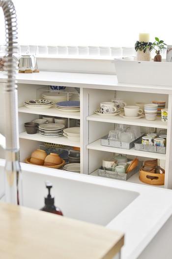 食器の量が少なければ棚の中が見渡せ、出し入れもスムーズ♪食器類は収納スペースがあればあるだけ増えてしまうので、このベストな量を守るように意識することも大切です。