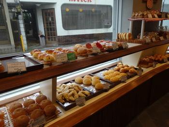 扉を開けた瞬間にパン酵母の香りがふわ~っと広がります!綺麗に陳列されたパンは種類も豊富で店内をきょろきょろされているお客様もたくさんいらっしゃいます。