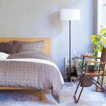 ベッド脇に置かれたグリーンは、朝の目覚めにも元気がもらえそうです。  高さがないグリーンの場合は、このようにチェアを利用するとグリーンも目立ちやすくなりますね。  お部屋で使用しているチェアもナチュラルなテイストで、お部屋の雰囲気にもマッチしています。