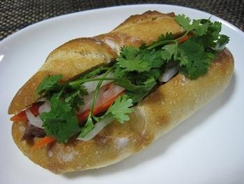 テイクアウトで頂くことが出来る、ベトナム風のバインミーはわざわざ足を運びたくなる美味しさです。