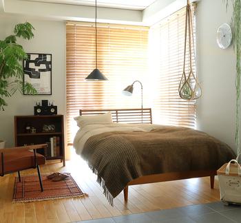 ベッドルームも、グリーンを置く広さが限られている場所かもしれませんね。  大きなグリーンも置くのも良いですが、ベッドの大きさもあり圧迫感を感じるかも… と思った時は、壁にグリーンを置いたり、天井から吊り下げると手軽に自然の彩りを楽しめますよ。