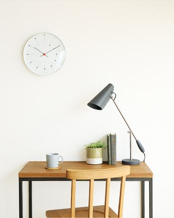 お部屋のちょっとしたワークスペースは、電子機器や書類などで殺伐としがち。  テーブルの空いたスペースに小さなグリーンを置くだけで、空間が華やぎますよ。
