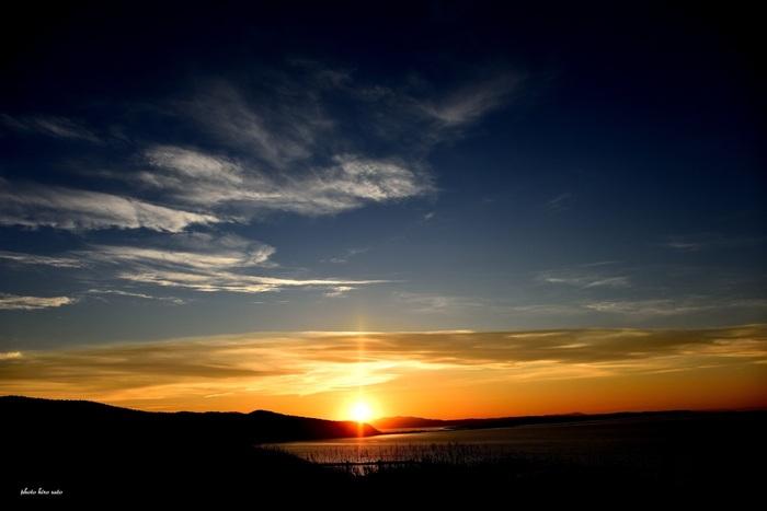 能取岬は、夕陽の名所としても知られています。沈みゆく太陽、夕陽に照らされて赤く染まった雲、夜の色をしたオホーツク海が織りなし、能取岬の夕暮れ時はまるで絵画のような景色が広がります。