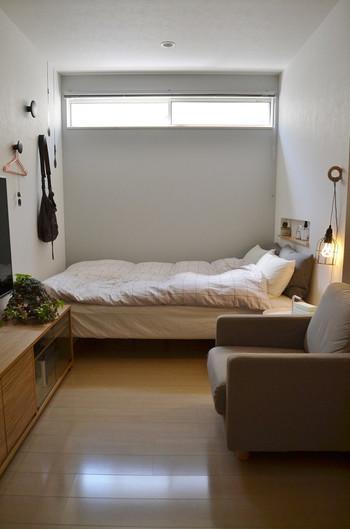 ベッドのヘッドあたりでなくとも、他のアイテムの上に置くだけでも目に入ってかわいいですよね。  特に色数が抑えたシンプルなお部屋の場合、グリーンをアクセントカラーとして使うのも良いですね。