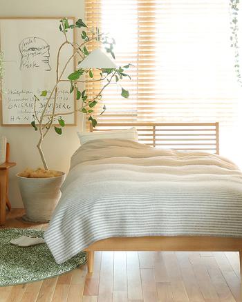 ベッドのカラーとディスプレイするグリーンの幹のカラーを合わせるととても自然な空間のできあがり!  カーテン上にディスプレイされたアイビーも日の光に当たってとてもきれいですね。