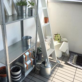 はしごを棚として使っても、おしゃれなだけでなく、小さなスペースを有効活用できます。