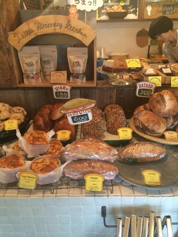 フランスパンに具材が詰まったボリュームのあるサンドイッチの他、目移りしそうなほど様々な種類のパンが揃っています。琺瑯のバットや木の器などに並べられている様子もとっても可愛いですね。
