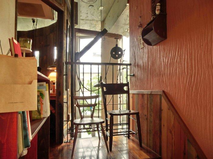 店内はとても明るく穏やかな時間が流れています。 小さな子ども連れでもゆっくりくつろげるよう、店内にはさまざまな配慮がされています。 オーナーの影山知明氏は「こどもたちのためのカフェ」として、このクルミドコーヒーを2008年にオープンしました。
