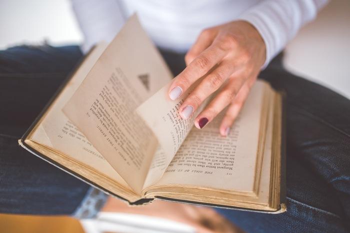 でも、本を読むことは大人にこそ嬉しい効果があります。即効性はなくとも自分の中に蓄積されていく「本から得た言葉や知識」が、思わぬ時に力を発揮しそうです。具体的に、読書による効果とはどんなものか見ていきましょう。