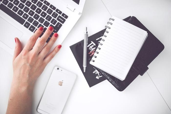 読書によって語彙力を増やしておくだけでも文章を書く際に効果的です。特に仕事上での文章は短時間で仕上げられると嬉しいですね。