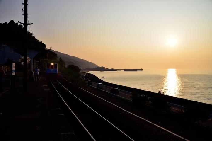 線路は海を見ながら進んでいきます。