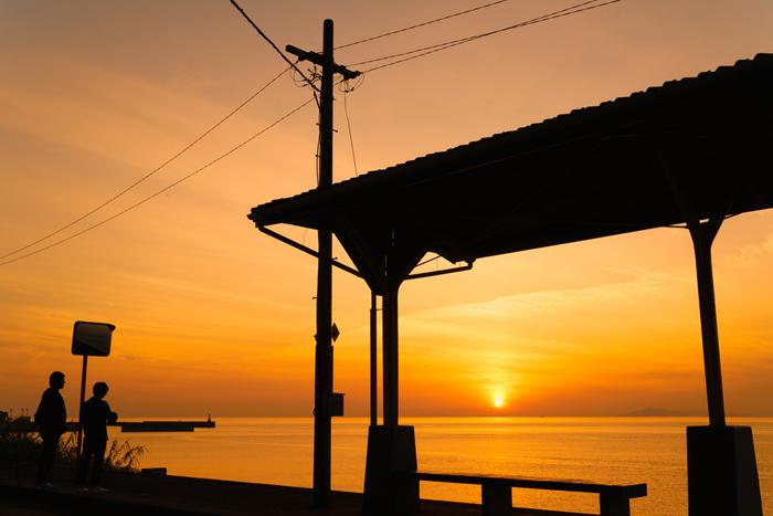 下灘駅を訪れるのにおすすめしたい時間は昼間だけではありません。何にも邪魔されずに海に沈んでいく太陽を見られる、絶景のスポットです。