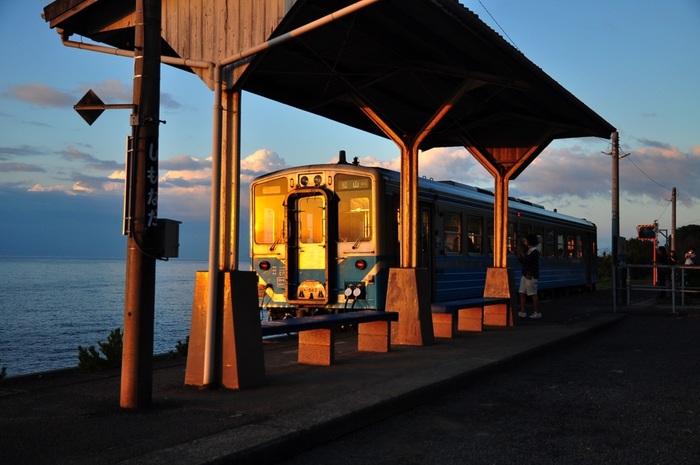 下灘駅へは、JR予讃線でアクセス可能です。