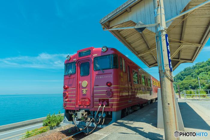 さらに鉄道と食事を楽しみたい人には、「伊予灘ものがたり」での旅がおすすめです。内装はレトロモダン、趣向を凝らした作りになっています。車内では、食事やアテンダントのサービスを受けられます。ただし、一日数本のみの走行なので、早めの予約を。
