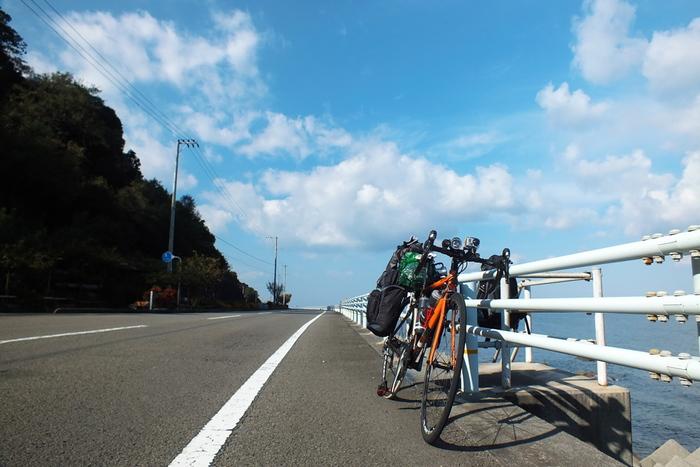 海岸沿いに整備された、国道378号線を、「夕焼けこやけライン」と言います。愛媛県伊予市双海町から、大洲市長浜町までの間の道路です。東向き、西向きのどちらにも向かうことができ、緩やかなカーブと直線道路が続く道となっており、アップダウンも少ないため快適なドライブを楽しむことができます。隣に海を見ながら走ることができる、最高のロケーション!