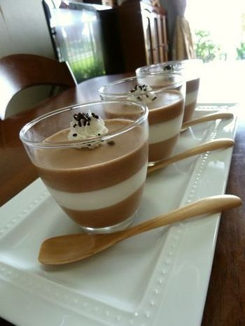 チョコレートを使ったババロアも定番です。濃厚なババロアの食感とよく合います。軽い生クリームのババロアとのコンビネーションもきれいですね。