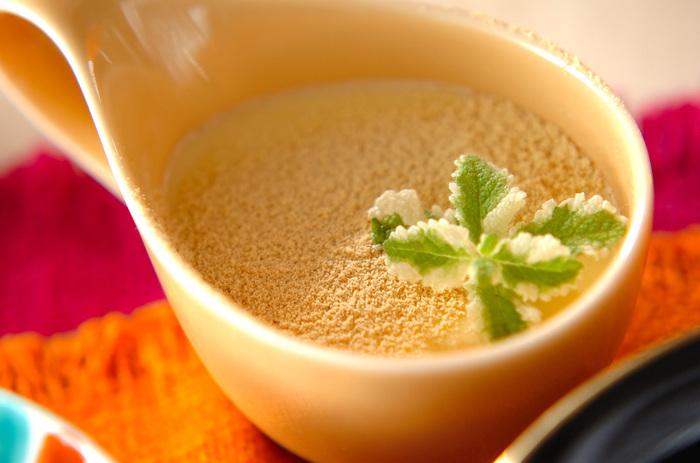 ゼラチンを少なくすることで、柔らかなババロアに。きな粉や豆乳などを使ったヘルシーさもポイント。きな粉は、最後に茶こしなどでふるってかけています。