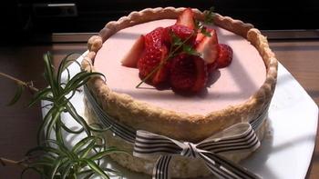 おもてなしやパーティーのデザートに、ひと手間加えておしゃれなババロアケーキはいかが?苺たっぷりのケーキは、お誕生日に喜ばれそうな可愛さです♪