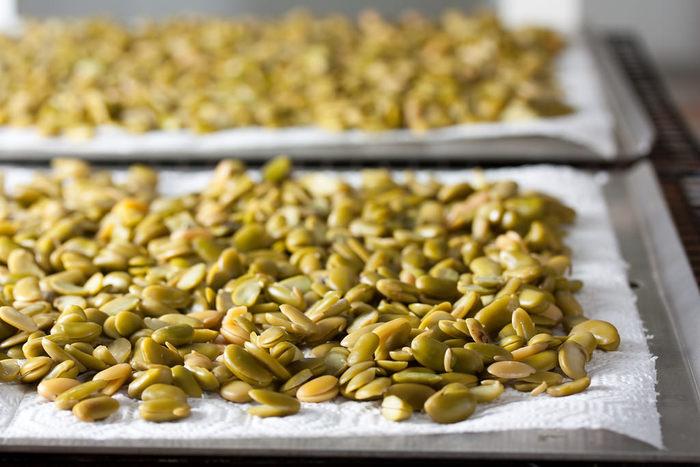 テンペ菌と大豆を用意すれば、なんと自宅でも作れるんです。 そして、作り方はとっても簡単。大豆を茹でて、テンペ菌とまぜて2日ほど発酵させるだけ。 発酵はコツが要りますが、湯たんぽや電子レンジ、ホームベーカリーなどを使えば楽に発酵できます。
