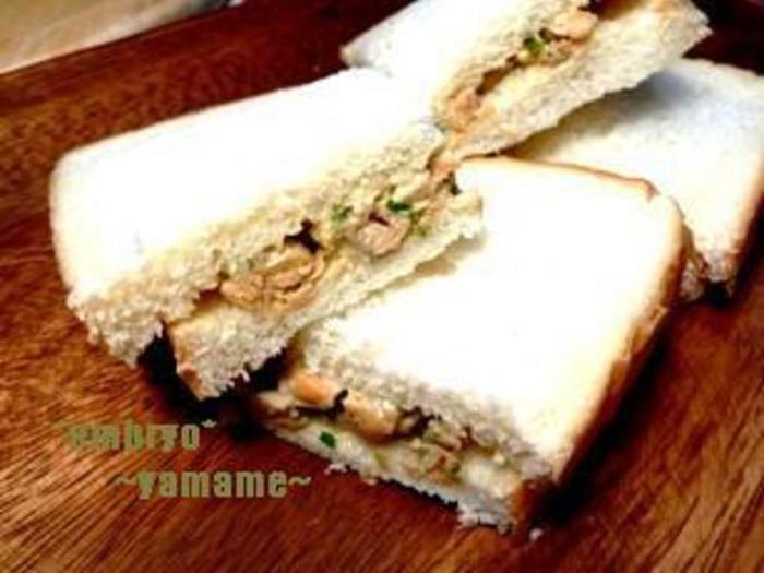 ボリュームのある朝食を食べたいときは、テンペをサンドイッチにしても◎ 具材はシンプルにテンペとセロリの葉だけですが、満足&美味しいです。