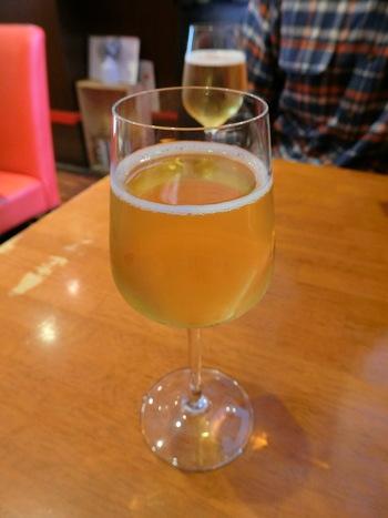 店の目玉は、フルーティーなリンゴの発泡酒「生樽シードル」。飲みやすいからと言って、飲みすぎすぎないように♪