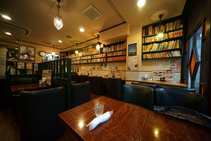壁やテーブルの上にまで処狭しと本が並んでいる個性的な店内。もちろん自由に手にとって、コーヒーのお供に読書を楽しめます。