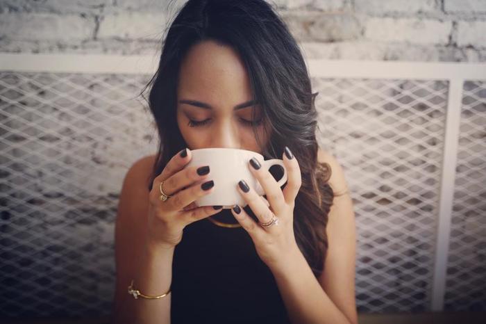 甘酒は冬に飲むイメージがありますが、江戸時代には夏バテや病気で臥せっている人の特効薬として知られていました。それもそのはず、甘酒にはブドウ糖やビタミンB群、アミノ酸など、人間が生きていくうえで欠かせない栄養素が完璧なバランスで含まれていて、疲労回復効果絶大!別名「飲む点滴」とも呼ばれています。昔の人は、そんな甘酒のパワーを身をもって知っていたのでしょうね。