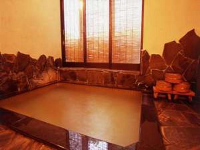 お風呂は小さ目なので、家族風呂風に楽しめます。含食塩硫化水素泉の源泉かけ流しで、温泉を上がった後もポカポカが続いて体の芯から温まることができますよ。