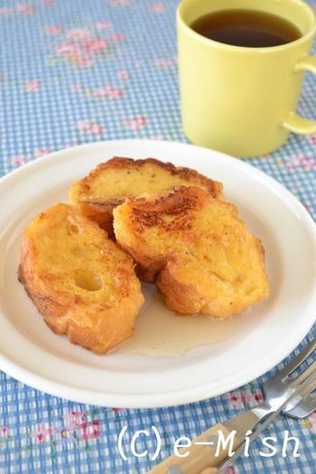 牛乳、お砂糖不使用のフレンチトーストです。卵と甘酒を混ぜた卵液にフランスパンを浸してこんがり焼き上げます。