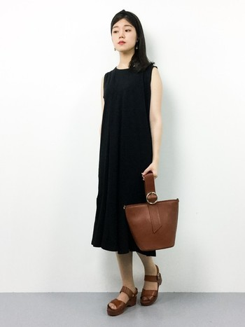 マーメイドラインが美しいノースリーブワンピース。裾のフレアが繊細で、女性らしくかわいらしいアイテムです。オールシーズン着用できるので、重ね着にも重宝します。