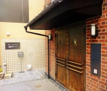 善光寺交差点を東方向に向かって2軒目の蔵の横からも入っていけます。