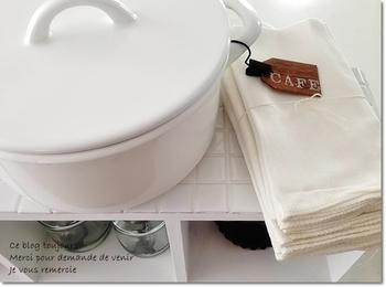 キッチンで使う布巾は清潔感あふれるホワイト。無印の落ちワタふきんはリーズナブルなだけではなく使い勝手もとっても優秀です。