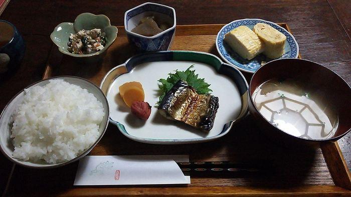 【鯖のみりん干し・出汁巻き玉子・野菜の煮付け・白和え・ご飯・味噌汁の「朝ごはん」。】