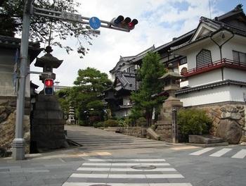 「善光寺交差点」付近には、宿坊が集中。お参りの前後に、趣ある建物を見ながらそぞろ歩くのも楽しい。