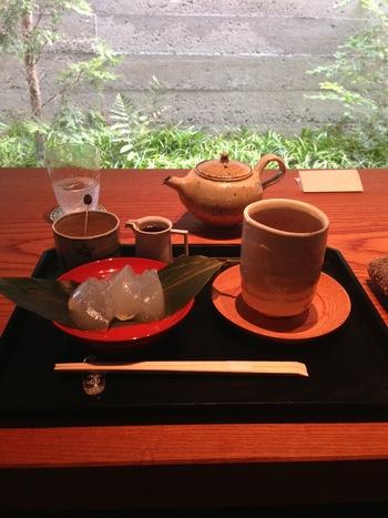 【「特製くずもちとほうじ茶のセット」。カフェで使われている焼物の食器は、全て同建物内2階の「昂 kou kyoto」で販売されています。】