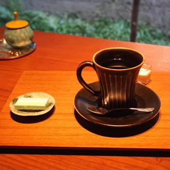 【珈琲には「鍵善良房」の落雁付き。珈琲にちょっとした甘いものは特に美味。】