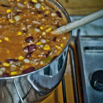 「チリコンカン」とは、豆と肉をチリ(辛い唐辛子)風味でスパイシーに煮込んだ、アメリカ・テキサス生まれのメキシコ風料理。