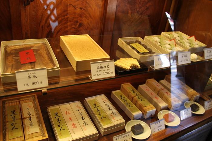 【「鍵善良房」は、京都屈指の老舗京菓子店。本店では、干菓子、羊羹、飴、焼き菓子等、様々な菓子を販売しています。秀逸なのは落雁。中でも良く知られるのは、菊花が象られた「菊寿糖」。】