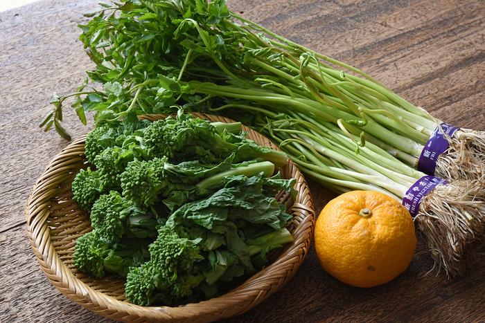 冬と春、それぞれに旬を迎える食材が混在する時期。今回は、なかでも「香り」の強い食材を用意してみました。菜の花、せり、ゆずの各食材が、一体どのようにお鍋と関わってくるのでしょうか。