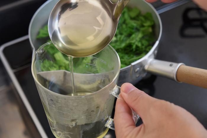 菜の花は、茎がしっかりしているわりに、とてもゆであがるのが早い野菜。食感を損なわないために、ゆで時間に注意して、すばやく冷水で冷やすことがポイントです。ただし、今回のレシピは「だし汁」を使わず、代わりに「ゆで汁」を使うレシピ。ゆで時間に気をとられて、せっかくの、昆布だしのようなうまみのある菜の花のゆで汁を、うっかり流してしまわないように注意しましょう。