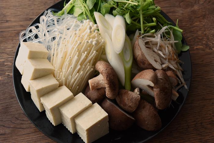 お鍋だと野菜類もたくさん摂れるのが嬉しいですよね。豆腐、しいたけ、えのき、ねぎ、くずきりといった、鍋料理のレギュラーメンバーに加えて、香りの強い「せり」を取り入れると春らしさも感じられます。徐々に出回り始める新ごぼうの香りも、さりげなくアクセントになり、鍋全体が香り豊かな大人好みの味に。