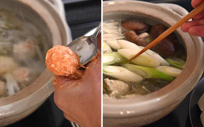 最近は、スーパーでも鍋用に加工された鶏だんごが売っていますが、鶏ひき肉から簡単に作れるので、迷わず手作りを。余った鶏だんごはゆでて保存しておけば、色々なお料理にアレンジできます。  昆布を入れたお鍋に、まずは、ささがきにしたごぼうと、ひとつひとつ団子状にした鶏だんごを入れてコトコト炊きます。鶏だんごに火が通ったら、いざテーブルへ。他の具材を投入して、鍋タイムスタートです!