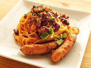 チリコンカンはパスタとも相性ヨシ。お肉やお豆の旨味がぎゅっと詰まったチリコンカンをパスタに絡めて召し上がれ。ペンネなどのショートパスタと和えても◎。