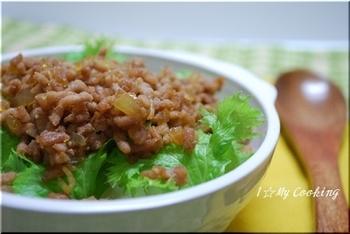 豚肉を湯通ししてからつくる「そぼろ」なので油浮きせず、お弁当にもぴったりとのことです。ワサビ菜を最後にトッピングしてぴりりとさわやかさも口に残ります。
