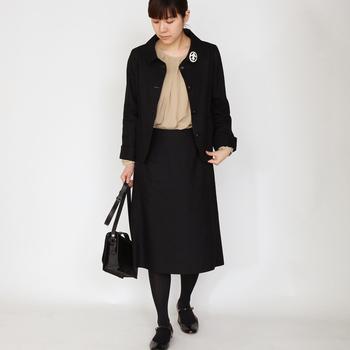 衿口からきれいなドレープが入ったタックブラウス。フォーマルシーンには、ジャケットやスーツに。またデイリーにはカジュアルなデニムやコットンパンツに。