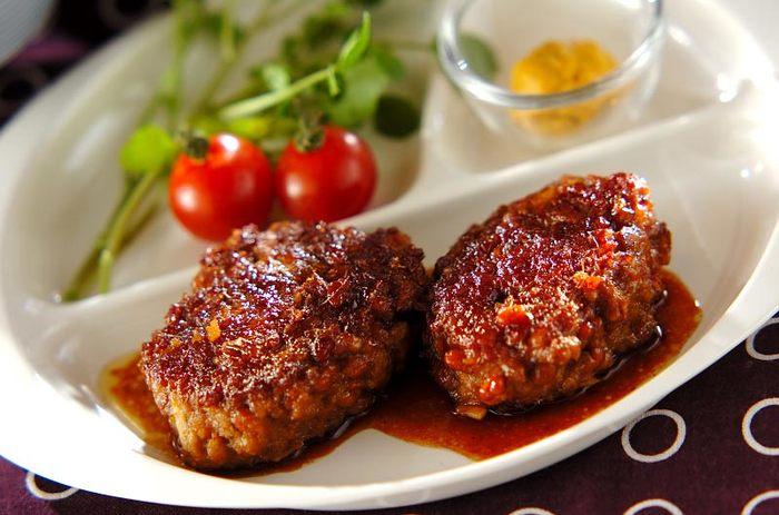 工夫のポイントは最初に納豆にささっとお湯をかけてぬめりをとっておくこと。匂いも少しとれて食べやすくなります。あとはいつものハンバーグと同じ。なんといっても納豆をハンバーグに入れるという発想がすごい?!