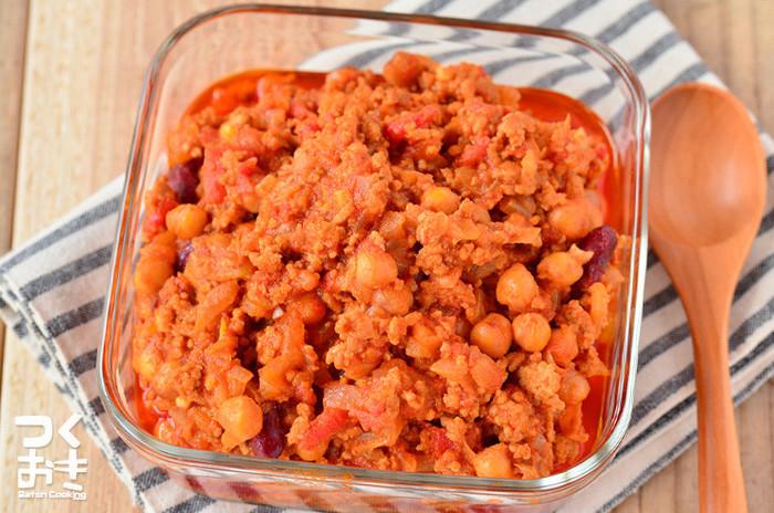 ほくほくしたお豆の食感とスパイスがきいたトマトベースのチリコンカン。作り置きしておけば、すぐにでも夕飯のメイン料理になりますね。辛さはお好みで調整して保存しておきましょう。冷蔵庫でおよそ2~3日と日、食べきれない場合は、小分けにして冷凍保存しておけば、いろいろなお料理に応用できますよ!