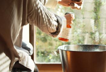 スプレーして拭くだけ。お気に入りの香りを楽しみたくて、ついついお掃除する回数が増えそうです。電化製品には直接かけず、ダスターにつけてから拭きましょう。