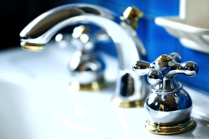 ステンレスについてしまう水垢などには濃いめの酢水を使いましょう。キッチンペーパーやラップなどでパックしてから、しばし放置。様子を見て仕上げに歯ブラシなどで磨いてください。ウロコ汚れもすっきりとれて、ほれぼれしますよ。