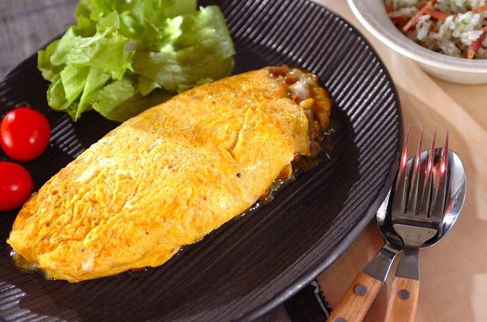 納豆だけでなくひき肉も使ったボリュームあるオムレツ。ショウガで香りを立てて、カレーとチーズというテッパンの味付け。絶妙な味に仕上がります。